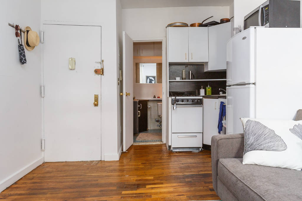 Microgreens Founder Alli Sosna S Tiny Nyc Apartment In The East Village Manhattan Has A Minimal