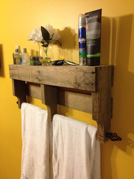 DIY wood pallet towel rack has plenty of bathroom storage space.