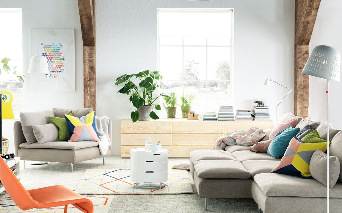 A stylish and space-saving IKEA SODERHAMN sofa with chaise in a stylish living room.